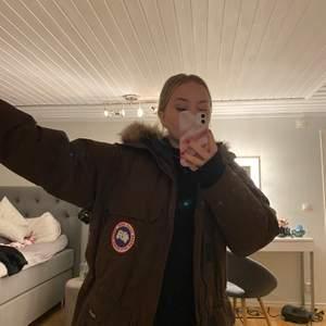 En brun fin canada goose jacka! I mycket bra skick, håller värmen superbra. Är rätt så lång på mig som är 160cm lång. Massvis med stora bra fickor. En liten medium. Frakt tillkommer !