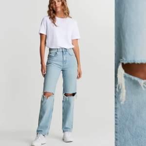 Ginas trendiga jeans med hål vid knäna. Köpta för 600, säljer för 200kr. Lagom använda men okej skick.