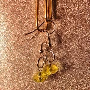 Hangjorda minimalistiska ljusgula pärlörhängen med guld hängen✨💛