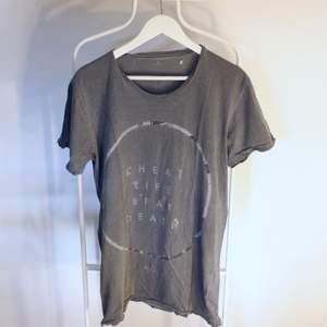 Go vintage T-shirt från Globe Australia i Gött skick! Storlek: MDirekt pris: 50kr, Skriv buden till mig privat eller kommentera på bilden!  Kan även mötas upp mellan Varberg & Göteborg Köpare står för frakten (Du bestämmer vilket paket så länge det uppfyller vikt och storleks kraven)
