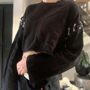 Näst intill helt oanvänd cool svart tröja från H&M🖤 Den är köpt cropped och ärmarna är som avklippta men sitter fast i några slags spännen i metall⛓ Hör av er vid fler frågor💕