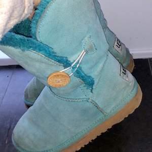 Säljer dessa väl använda skorna ifrån Ugg för 340kr. De är i storlek 37 men passar även 38. Supermysiga och varma med fodrad insida. Pris kan diskuteras vid snabb affär. ❤️