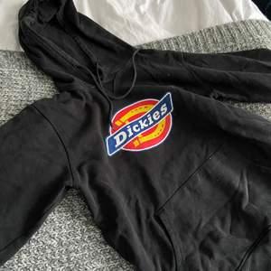 Dickieshoddie i s/m, nypris 700kr 🙉 Smått sliten, tycker dock själv det gör tröjan snyggare 💗jag står för frakten💗