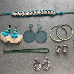 Hej!! Säljer lite blandade smycken, som man kan se på bilden! Längst upp, nr 1, är en fotlänk men kan även användas som halsband chocker, Nr 5 är ett halsband i gröna, små pärlor, nr 6 är två ringar som jag säljer ihop! Resten är örhängen :) Allt på bilden för 100kr! Skriv för fler bilder eller om du vill ja en specifik bild på ett smycke :) hör av dig vid frågor💘🌸 Se sista bilden för nummer! Priser 20kr styck eller allt för 100;) OBS FOTLÄNK OCH RINGARNA SÅLDA!