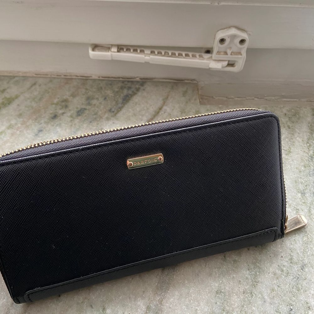 Stor praktisk plånbok med flertal fack för både kort, bilder och kontanter! Snygga detaljer i roséguld🥰 20 cm bred och 10 cm hög! Superfin verkligen men har redan en plånbok💕🦋 kollar fraktkostnad vid intresse!. Övrigt.