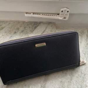 Stor praktisk plånbok med flertal fack för både kort, bilder och kontanter! Snygga detaljer i roséguld🥰 20 cm bred och 10 cm hög! Superfin verkligen men har redan en plånbok💕🦋 kollar fraktkostnad vid intresse!
