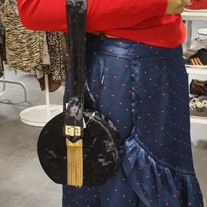Säljer min söta kläder och väska som min sister köpte för mig I USA och tog bilden annan hon köpte. De är jätte mysig och användade 2 dager. Dem är mycket trending och unik. Man kan köpa vad hon vill  eller bara köpa en.kjol är utsåld .Bud vad ni kan ge om vad ni ska ha eller allt.