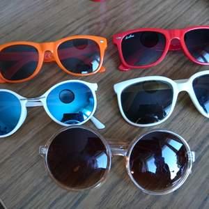 Diverse solglasögon, de flesta i nyskick! Säg vad du vill ge, billigare om du köper flera🌵☀️RÖDA OCH ORANGE SÅLDA