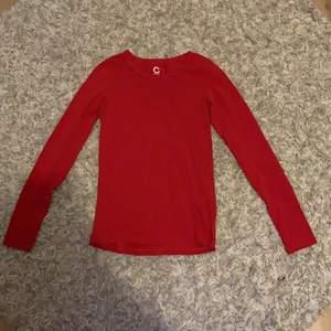 En röd vanlig långarmad tröja från Cubus som jag andvänt en gång. Ordinarie pris 99 kr. Skriv privat om pris eller om du har någon fråga.