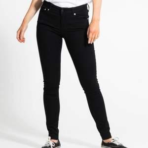 Svarta helt nya Skinny mid rise jeans i black från lager 157. Storlek large men passar medium.