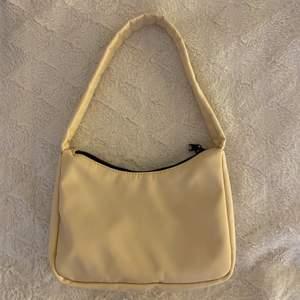 Säljer denna beiga väska ifårn ginatricot. Säljes pågrund av att jag aldrig använder den och inte riktigt min stil längre. Aldrig använd så den är som helt ny och har inga fel. Köpt för 249 och säljer för 79kr+frakt (köparen står för frakten).