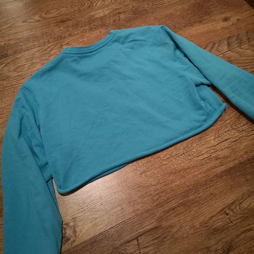 En fin blå/turkos oversize croppad Champion tröja. 💙Jag har själv klippt den så att den skulle få en snyggare passform. Den ser ganska kort ut när man lägger ut den på golvet men den blir längre när man sätter på sig den. 😚 Bud från 119 kr. 🎐. Tröjor & Koftor.