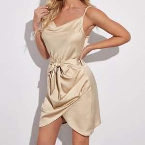 Säljer min oanvända klänning då färgen inte passar min hudton. ❗️Bilderna är ej mina❗️Helt slutsåld!