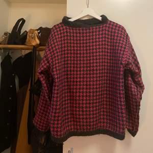 Stickad tröja, står ingen storlek men skulle gissa på M/L. Frakt tillkommer 💞