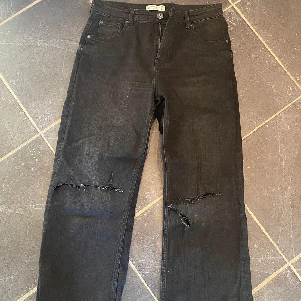 Supersnygga raka jeans som jag klippt hål själv vid knäna. Storlek 36. . Jeans & Byxor.