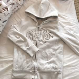 As cool Gap hoodie har bara aldrig kommit till använding❤️ pris kan diskuteras , frakten är 60kr
