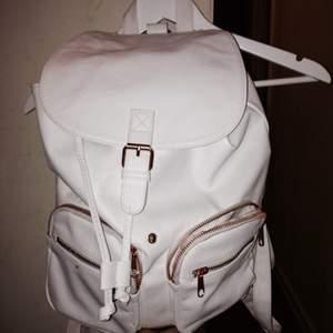 Säljer min oanvända ryggsäck. Vit och koppar färgade detaljer