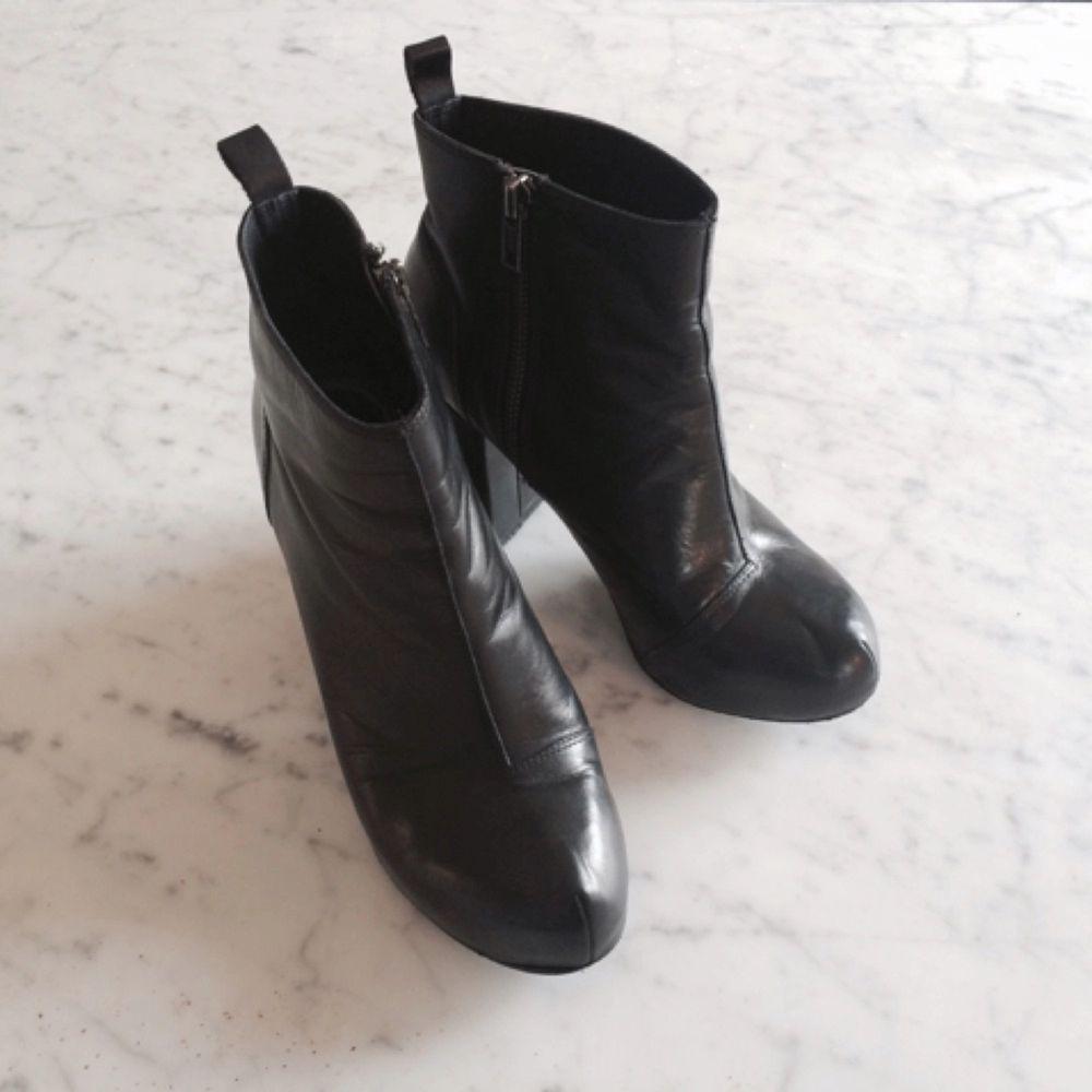 Stövlar i svart äkta läder. Använda men inga skador. Köpta för 1000 kronor två år sen. Märke XIT. Litet platform under tårna.. Accessoarer.