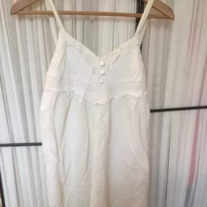 Somrig bohemisk klänning. Slutar strax under knät på en som är ca 160 cm 😊