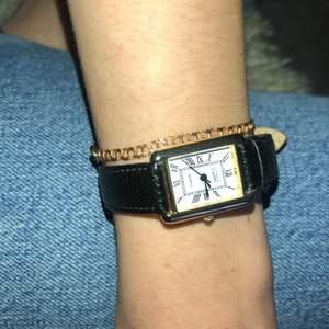 Cartier klocka i mycket bra skick. Fin kopia. Har många hål så passar många storlekar. Uret behöver bytas ut men det är enkelt.