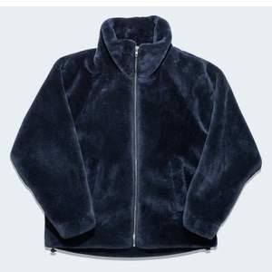 Funderar på att sälja denna ursnygga marinblåa jackan i velvet isch material 😍 Så snygg och helt slutsåld. Strl M och knappt använd så i jättebra skick. Hör av er om ni vill ha fler bilder❤️ Kan frakta om man står för kostnaden🚚 (kan diskutera pris)