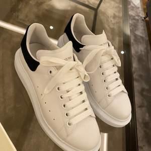 Säljer mina superfina Alexander Mqueen skor i storlek 39 som jag tyvärr inte kan ha på mig då de är lite för stora för mig. Jag har endast haft på mig dem 1 gång så dom är verkligen i bra skick och har inga skador eller smuts på sig. Skokartongen och kvitto medföljer.
