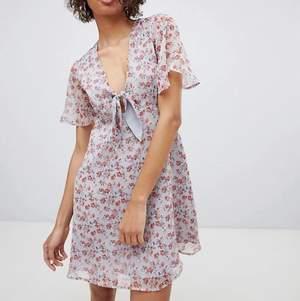 Säger hejdå till min favorit klänning från neon rose i vintage stil (tie front Tea dress) inköpt från asos för 381kr! Flera bilder från asos kan skickas om du vill! Skickas i postnords M paket men spårning/samfrakt kan fixad för +4kr! <3