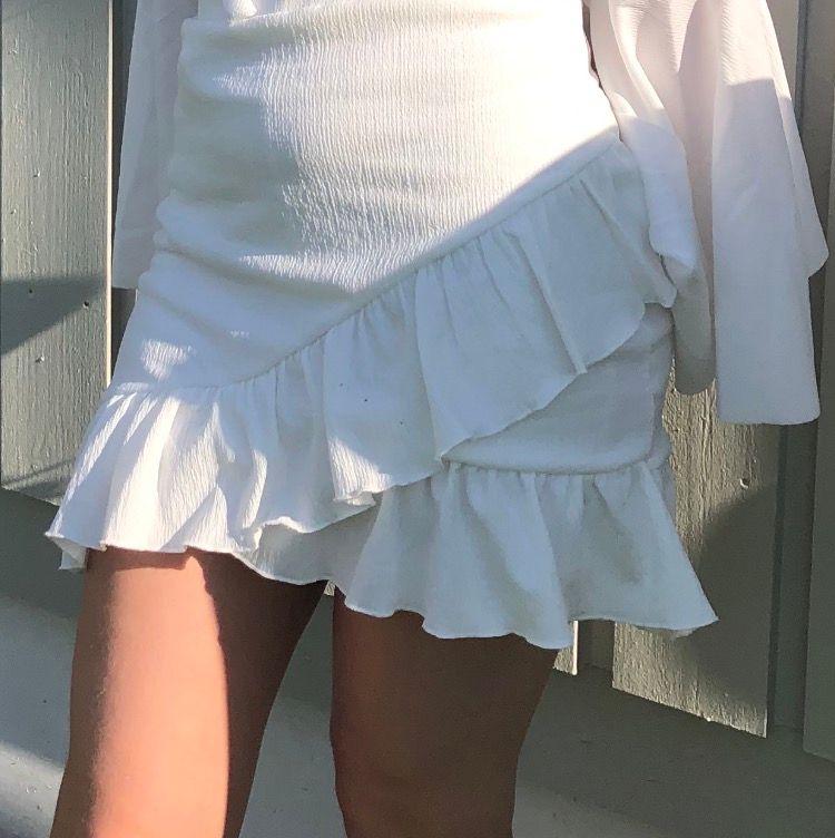 Säljer min vita kjol. Sitter tajt i midjan med stretchiga material. Köpt på SHEIN för 169. Kan skicka fler bilder om det önskas. Jättefin till sommaren. Det är stretchigt material så kan passa XS/S/M. Övrigt.