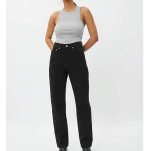 """Skitsnygga jeans från Weekday, i modellen """"Rowe"""" strl 28 i midjan och 30 i längd, använt fåtal gången alltså nästintill nya😚"""