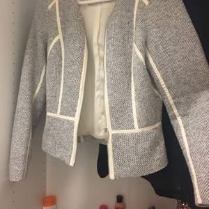 Väldigt fin kofta som passar perfekt över classy outfits.