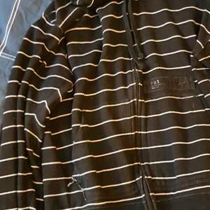 Nice, knappt använd hoodie från Fox. Storlek L.