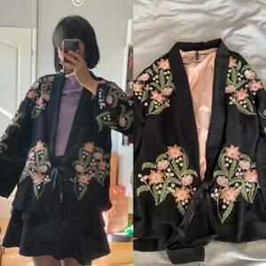 Superfin kimono/kavaj med broderat motiv från ZARA! Enbart använd en gång till en tråkig dejt. Säljes för 130kr! ❤️