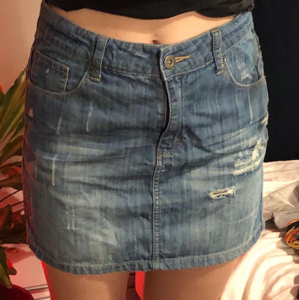 Jeans mini kjol i storlek M. Köparen står för frakten. Buda gärna i kommentarerna 😌✨. Kjolar.