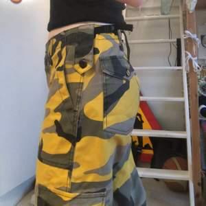 💛Gula Camobyxor!💛 dessa byxor är supercoola och kan verkligen spica upp alla outfits o plagg man har de med. Jag får tyvärr inte användning för de längre och väljer därför att sälja de. Byxorna är i bra skick(kan ses annars tillkommer frakt)