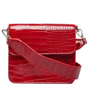 Röd väska från danska märket Hvisk. Superfin färg och passform. Nypris var 749kr💞