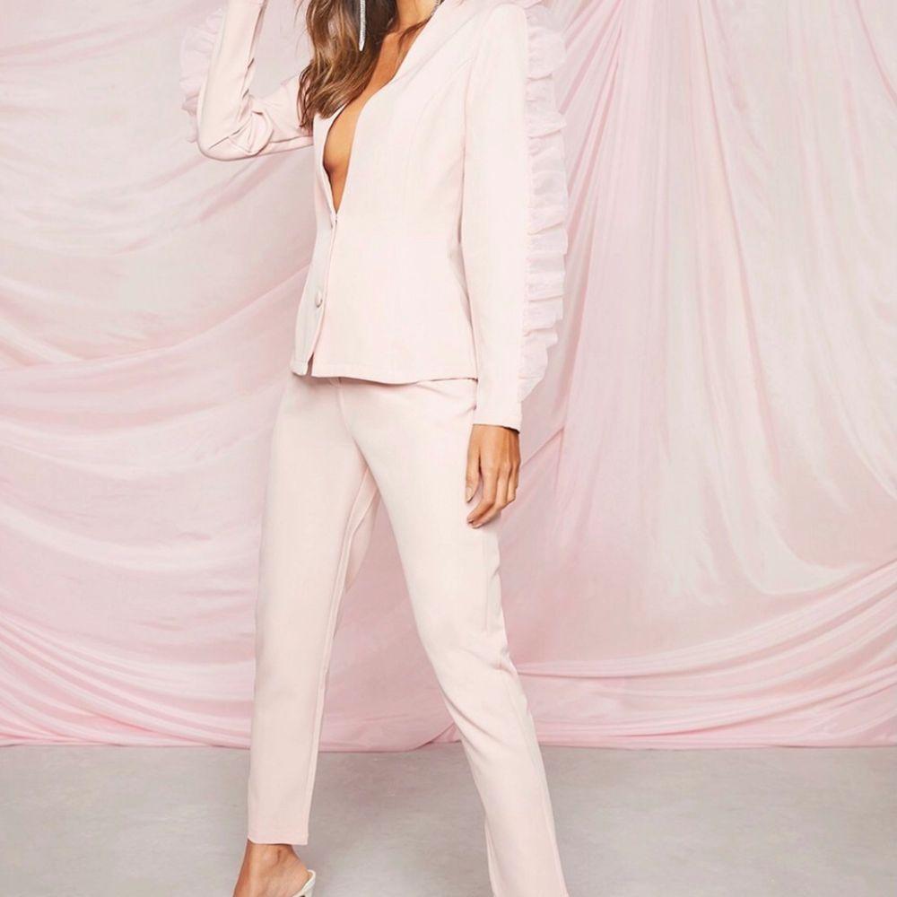 Rosa kostymbyxor strl 34. Byxorna är helt nya men passade tyvärr inte mig. Passar en s/m. Bud från 60kr. Jeans & Byxor.