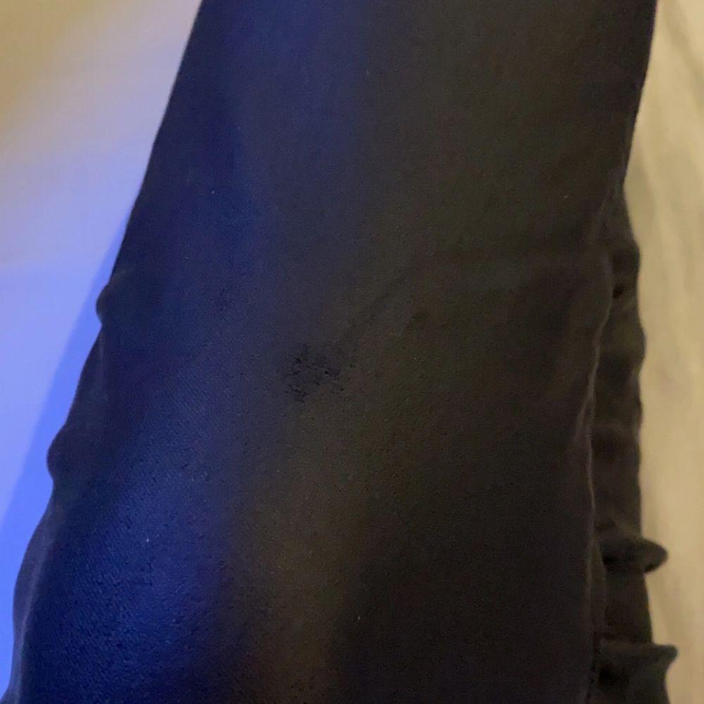 säljer mina jätte fina skinnjeans från HM som inte säljs längre. Byxorna sitter jättefint men säljer dem pågrund av att dem inte passar min stil längre. Har en skada på knäskålen som endast syns om man lyser eller kollar nära. Den andra skadan är på bakfickorna där sömmarna har lossnat. (skriv privat för fler bilder eller om du har frågor) ☺️. Jeans & Byxor.