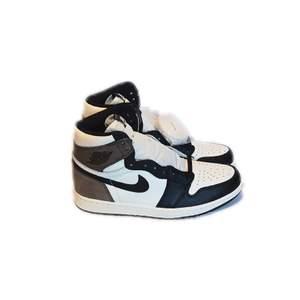 Säljer mina Jordan 1 high mocha i storlek 44! Köpta på exclusive acces från SNKRS appen. Helt nya. Tar bud från 1000kr. Högsta bud ligger på 4100kr just nu