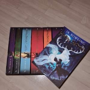 Säljer hela harry potter bokserien på engelska. (Pocketformat) Mycket bra skick då jag bara läst 1-3. Denna versionen har en ny design på omslagen. Frakt ingår ej i priset!                                                                                                   Nypris: 710 kr