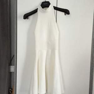 Säljer nu denna jättefina klänning som är korsad i ryggen. Sitter jättefint på. Den e inte lika liten som den ser ut på bilden. Köpt här på Plick men den va inte riktigt min stil ( alla kläder är tvättade innan jag postar dom) kontakta mig för mer info😊❤️