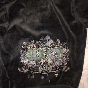Grå/mörk juicy couture hoodie i nyskick. Supersnygg. OBS! Ärmarna är korta!