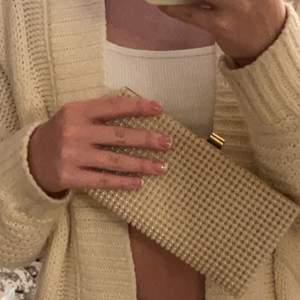 Supersöt chanel inspirerad clutch gjord av pärlor, frakten kostar 63kr och är spårbar