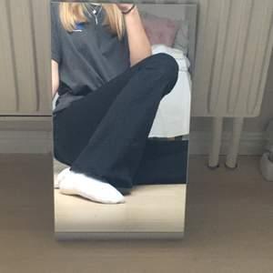 Jättefina bootcut jeans från Gina tricot i strl S, använda några gånger men inga synliga tecken på användning finns, alltså inga fläckar. Jag är 165cm och de slutar vid fötterna på mig. Säljer pga köpte nya jeans nyligen. Nypris: 399 kr. Kan mötas upp på de flesta ställena norr om Stockholm eller frakta för ytterligare 72kr❤️
