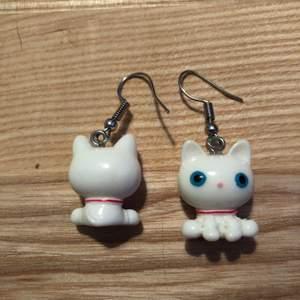 1 par vita katt örhängen, med nickelfria hängare. Samfraktar gärna, kolla mina andra annonser.