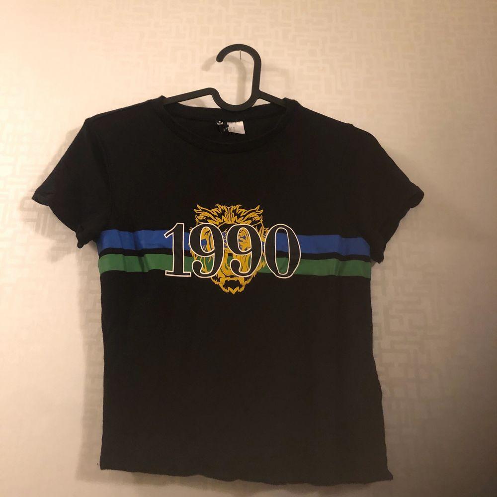 Svart t-shirt med tryck. Ej kommit till användning så mycket fint skick. Storlek XS. 79kr.. T-shirts.