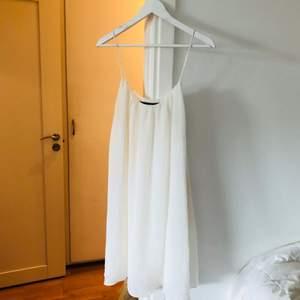 Studentklänning? Superfin enkel chiffongklänning från Second Female. Bra skick!