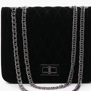 En väska jag fått i present. Har en exakt likadan, därför säljer jag den. Frakt ingår i priset. Aldrig använd, lapp finns  kvar.