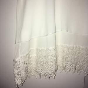 Fin somrig blus i vitt silkeslent material. Spetsdetaljer nedtill. Står inte var den är ifrån, men i väldigt fint skick iallafall! Skriv till mig för fler bilder, mått eller andra frågor! :)