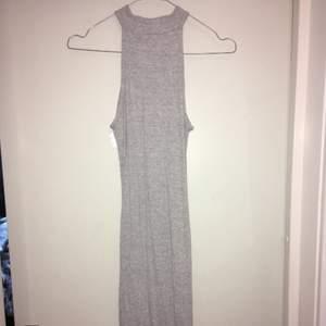 Jättefin grå, tajt klänning som slutar precis över knäna, säljer pga för liten stl. Köparen står för frakten