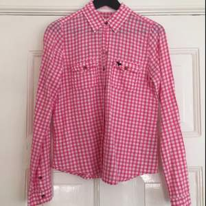Rosa-vit rutig skjorta från Abercrombie and Fitch. Välvårdad.